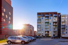 Estacionamento da rua da construção residencial de casa e de casa de apartamento foto de stock