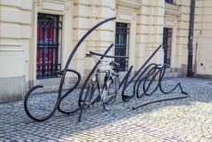 Estacionamento dado forma da bicicleta do metal letras pretas Imagem de Stock