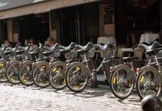 Estacionamento das bicicletas para o aluguel nas ruas de Paris fotografia de stock royalty free