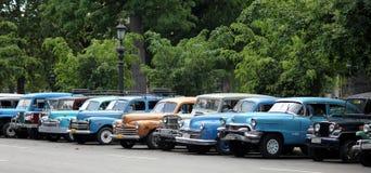 Estacionamento de Cuba completo de velhos, carros do vintage imagens de stock