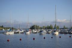 Estacionamento de embarcações pequenas do tamanho no porto do lago Saimaa em uma manhã do verão Lappeenranta Imagens de Stock Royalty Free