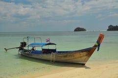 Estacionamento de madeira do barco em TAILÂNDIA imagem de stock royalty free