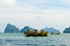 Estacionamento de madeira dos barcos do turista tailandês tradicional Fotos de Stock Royalty Free