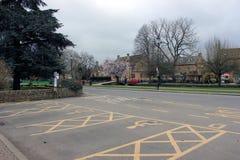 Estacionamento deficiente da vila inglesa pequena Fotos de Stock
