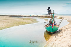 Estacionamento do barco de pesca no lado Foto de Stock Royalty Free