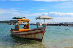 Estacionamento do barco no mar com ponte Fotografia de Stock