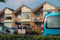 Estacionamento do carro em casas de campo Foto de Stock Royalty Free