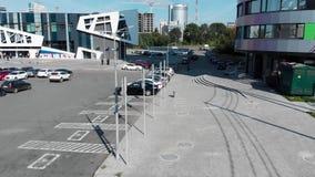 Estacionamento do carro na frente da construção moderna em um dia de verão ensolarado, Rússia da fachada incomum footage Parque d video estoque