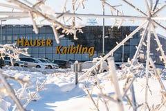Estacionamento do carro na frente da estação Hauser Kaibling do esqui - uma das estâncias de esqui superiores de Áustria imagens de stock