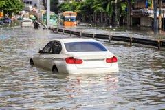 Estacionamento do carro na rua e no nível da mostra de inundação da água nos vagabundos imagens de stock royalty free