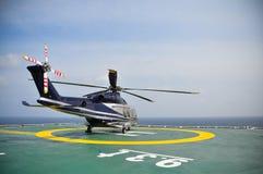 Estacionamento do helicóptero no helideck e no passageiro de espera Aterrissagem do helicóptero e serviço à terra de espera Imagens de Stock Royalty Free