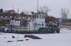 Estacionamento do inverno de barcos de rio imagem de stock royalty free