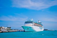 Estacionamento do navio de cruzeiros no porto imagens de stock royalty free