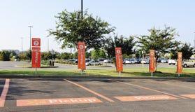 Estacionamento do recolhimento do mantimento de Walmart fotografia de stock