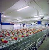 Estacionamento do supermercado com carros fotografia de stock