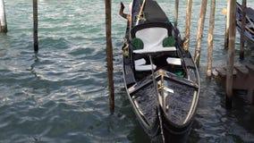 Estacionamento dos barcos da gôndola Gôndola amarrada, Veneza, Itália Os barcos de pá italianos da gôndola entraram em Veneza, Vê vídeos de arquivo
