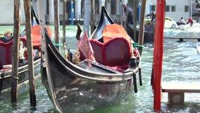 Estacionamento dos barcos da gôndola Gôndola amarrada, Veneza, Itália Os barcos de pá italianos da gôndola entraram em Veneza, Vê filme