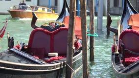Estacionamento dos barcos da gôndola Gôndola amarrada, Veneza, Itália Os barcos de pá italianos da gôndola entraram em Veneza, Vê video estoque