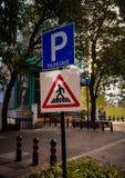 estacionamento e placa do sinal do cruzamento de zebra na borda da estrada ilustração stock