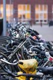 Estacionamento holandês da bicicleta em Utrecht Fotos de Stock Royalty Free