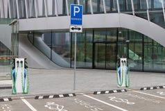 Estacionamento moderno do carro e uma estação de carregamento para o machi elétrico imagens de stock royalty free
