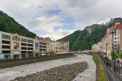 Estacionamento multinível, shopping e construções do hotel da estância de esqui Rosa Khutor ao longo do rio Mzymta Fotos de Stock