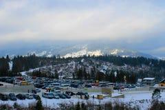 Estacionamento na estância de esqui em montanhas Carpathian Imagem de Stock