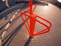 Estacionamento para bicicletas no close-up da rua imagens de stock royalty free