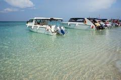 Estacionamento provisório dos barcos na praia imagens de stock