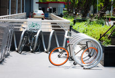 Estacionamiento al aire libre de la bicicleta Imágenes de archivo libres de regalías