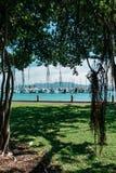 Estacionamiento asombrosamente hermoso del puerto o del yate en un t hermoso imagen de archivo libre de regalías