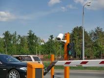 Estacionamiento automatizado del coche con el CCTV Placa de la cámara CCTV Imagen de archivo libre de regalías