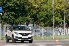 Estacionamiento blanco de la cruce del Subcompact de Renault Kaptur Car Is The del color en calle fotos de archivo