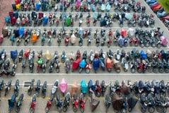 Estacionamiento cargado con las motos coloridas foto de archivo libre de regalías