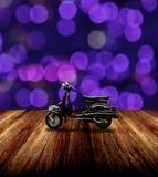 Estacionamiento clásico de la moto en piso de madera Fotografía de archivo