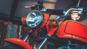 Estacionamiento cobrable de la motocicleta anaranjada del vintage imagen de archivo