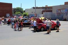Estacionamiento con el objeto expuesto de los coches y de la gente de la demostración que los admiran, Saratoga NY, 2016 fotografía de archivo libre de regalías