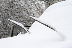 Estacionamiento con los coches cubiertos en nieve fresca Foto de archivo libre de regalías