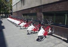 Estacionamiento de bicicletas Bicing es un sistema de alquiler para las bicicletas el 10 de mayo de 2010, en Barcelona, España Imagenes de archivo
