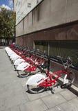 Estacionamiento de bicicletas Bicing es un sistema de alquiler para las bicicletas el 10 de mayo de 2010, en Barcelona, España Imagen de archivo libre de regalías