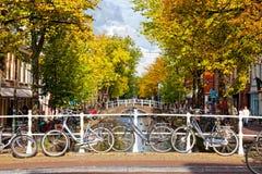 Estacionamiento de bicicletas en el banco del canal en la cerámica de Delft, Nideranda Foto de archivo