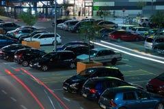 Estacionamiento de la alameda de compras en la noche fotografía de archivo libre de regalías