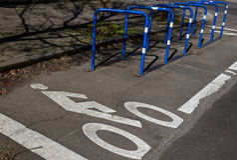Estacionamiento de la bici Imagenes de archivo