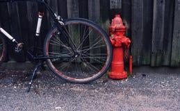 Estacionamiento de la bici en la ciudad Fotografía de archivo libre de regalías