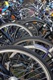Estacionamiento de la bicicleta de la ciudad en Holanda Foto de archivo libre de regalías