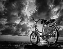 Estacionamiento de la bicicleta debajo del cielo nublado fotos de archivo