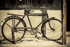 Estacionamiento de la bicicleta del vintage en la casa vieja Imagen de archivo libre de regalías