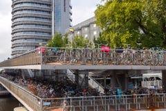 Estacionamiento de la bicicleta en Amsterdam Imagen de archivo libre de regalías