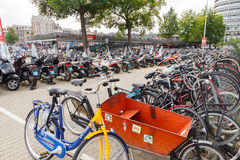 Estacionamiento de la bicicleta en Amsterdam Imagenes de archivo