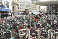 Estacionamiento de la bicicleta en Copenhague Fotografía de archivo libre de regalías